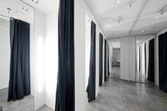 化装室在衣裳商店 免版税库存照片