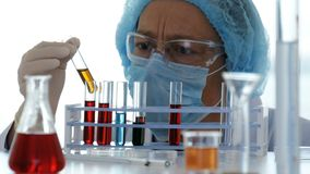 化验员控制在试管的化学物质 影视素材