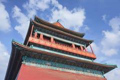 北京反对蓝天的鼓塔与剧烈的云彩 免版税库存图片