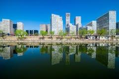 北京在soho大厦和反射北京之外修造了 免版税库存图片