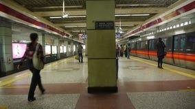 北京地铁站,人人群等待的火车在风雨棚大厅里 影视素材