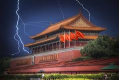 北京方形天安门 明亮的一道闪电在thunderst期间的 免版税库存图片