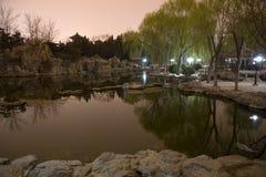 北京瓷公园池塘反映星期日寺庙 库存图片