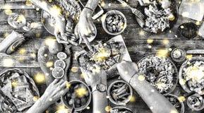 北京,中国黑白照片 圣诞节装饰正餐新家庭想法 落的金黄雪花 黑白图象 一张恰好服务的桌的看法上面  T 免版税库存图片