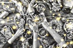 北京,中国黑白照片 圣诞节装饰正餐新家庭想法 落的金黄雪花 黑白图象 一张恰好服务的桌的看法上面  T 免版税库存照片