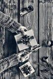 北京,中国黑白照片 在家准备一件新年` s礼物 圣诞节铃声,圣诞节装饰,金黄雪花,下跌的sno 库存图片