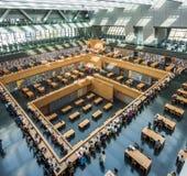 北京,中国- 2017年3月26日:中国国家图书馆的主要阅览室的广角看法 免版税库存图片