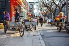 北京,中国- 2016年3月14日:人们走并且驾驶 免版税库存照片