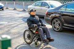 北京,中国- 2016年3月14日:人们通过驾驶 图库摄影