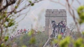 北京,中国- 2013年5月08日-走在长城上下,2013年5月08日,北京,瓷的台阶的游人 股票录像