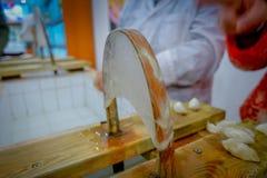 北京,中国- 2017年1月29日, :参观的繁体中文丝绸工厂,进行他们任务创造的工作者 库存照片