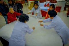 北京,中国- 2017年1月29日, :参观的繁体中文丝绸工厂,进行他们任务创造的工作者 免版税库存照片