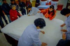 北京,中国- 2017年1月29日, :参观的繁体中文丝绸工厂,进行他们任务创造的工作者 免版税库存图片