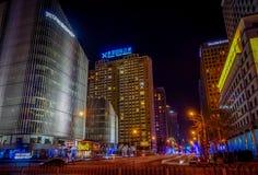 北京,中国- 2017年1月29日, :大城市中国国会大厦、大办公楼和迷人的街灯在a 免版税库存照片