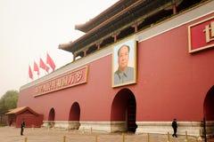北京,中国- 2016年11月10日:保安在故宫前面的多云天巡逻 免版税库存图片