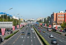 北京,中国- 2012年9月26日:有汽车的街道在北京,中国 库存图片