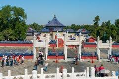 北京,中国- 2012年9月26日:游人参观圆土墩法坛的一个Lingxing门在复合体的冻胀寺庙  图库摄影