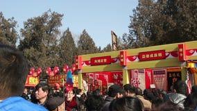 北京,中国2月2日2014年:人们和hardicrafts客商寺庙的公平在汉语新春佳节期间在北京, 影视素材