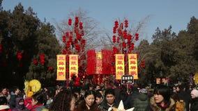 北京,中国2月2日2014年:人们拍照片在红色灯笼下在Ditan公园在汉语新春佳节期间在北京, 影视素材