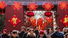 北京,中国2月2日2014年:在寺庙的入口的场面公平在Ditan公园在汉语新春佳节期间在北京, 影视素材