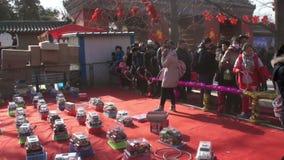 北京,中国2月2日2014年:在汉语新春佳节期间,人们打赢取的奖的比赛在寺庙市场在Ditan公园 影视素材