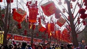 北京,中国2月2日2014年:在汉语新春佳节期间,在寒冷,人们为寺庙公平地仍然出去在Ditan公园 影视素材