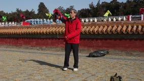 北京,中国2月2日2014年:老人演奏空中陀螺在寺庙市场在汉语新春佳节期间在北京, 影视素材