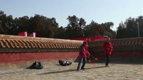 北京,中国2月2日2014年:老男人和妇女一起演奏空中陀螺在寺庙市场在汉语新春佳节期间在北京, 股票视频