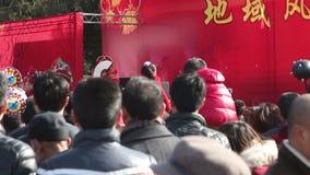 北京,中国2月2日2014年:访客为观看中国戏剧静立在寺庙市场在汉语新春佳节期间在北京 股票视频
