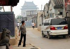 北京,中国-有鼓塔的Hutong古老街道在背景 免版税库存图片