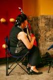 北京,中国07/06/2018 A中国妇女充当有一只全国仪器负子蟾的公园 库存图片