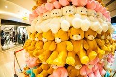 北京,中国- DEC 06日2011年:圣诞树由在购物中心的玩具熊做成 免版税库存照片