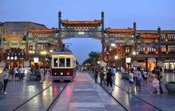 北京Qianmen cstreet晚上场面有轨电车 库存照片