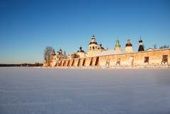 北俄国修道院在冬天。 免版税库存图片