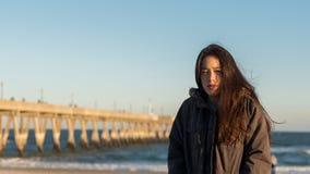 北卡罗来纳海滩的年轻亚裔美国人在冬天 免版税库存照片