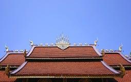 北在清楚的蓝天的样式泰国寺庙屋顶细节  库存照片