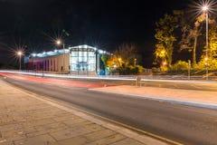 北安普顿新的火车Stationat夜 免版税图库摄影
