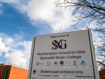 北安普顿英国2018年3月16日:为女孩专家音乐学院路标的北安普顿学校 库存图片