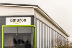 北安普顿英国2018年1月23日:亚马逊后勤学市场在仓库墙壁上的商标标志在工业农庄的公园 图库摄影