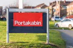 北安普顿英国2018年1月10日:便携式的Portakabin和聘用商标标志立场的模件大厦 免版税图库摄影