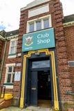 北安普顿英国2017年10月3日:北安普顿圣徒橄榄球在富兰克林庭院的俱乐部商标棍打商店 库存图片