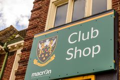 北安普顿英国2017年10月3日:北安普顿圣徒橄榄球在富兰克林庭院的俱乐部商标棍打商店 免版税库存照片