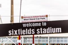 北安普顿英国2017年10月29日:北安普顿补鞋匠回家Staium商标签到Sixfields零售公园 图库摄影
