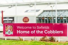 北安普顿英国2017年10月29日:北安普顿补鞋匠回家Staium商标签到Sixfields零售公园 库存图片