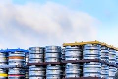 北安普顿英国2018年1月06日:啤酒店Kronenbourg金属为急件堆积的啤酒小桶啤酒 库存图片