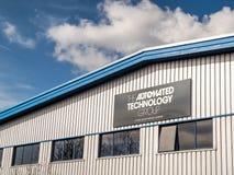 北安普顿英国2018年3月16日:在仓库墙壁上的自动化的Technology Group A Wood Group Mustang Company商标横幅 库存照片