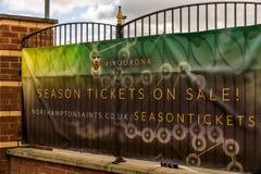 北安普顿英国2017年10月3日:在销售北安普顿圣徒橄榄球中的季票在富兰克林庭院棍打增进横幅 免版税库存照片