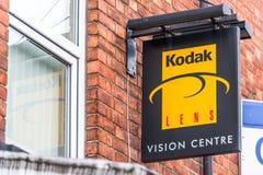 北安普顿英国2018年1月06日:柯达透镜视觉中心商标路标 免版税库存图片
