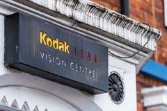 北安普顿英国2018年1月06日:柯达透镜视觉中心商标路标 免版税库存照片