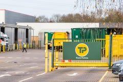 北安普顿英国2017年12月07日:特拉维斯珀金斯建造者商人商标签到Brackmills工业庄园 图库摄影